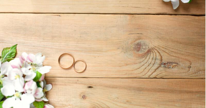 婚姻届に指輪を置いて撮る